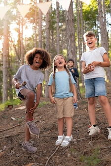 Enfants participant ensemble en équipe à une chasse au trésor