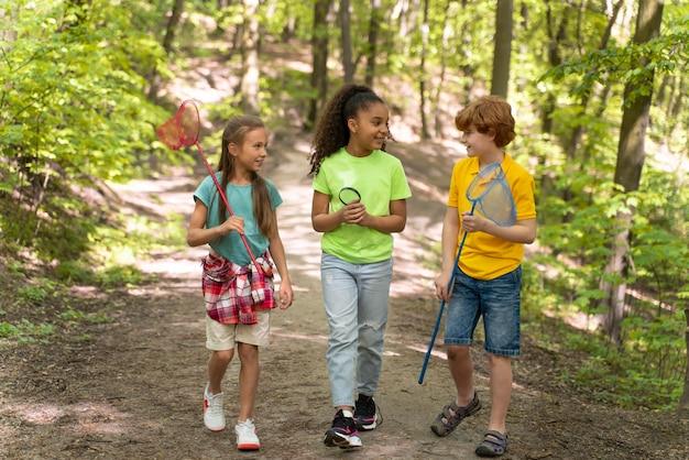 Enfants passant du temps ensemble dans la nature