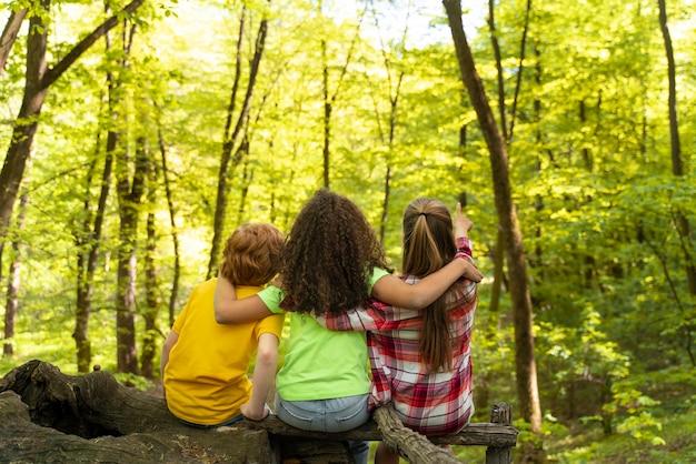Les enfants passent du temps ensemble dans la nature