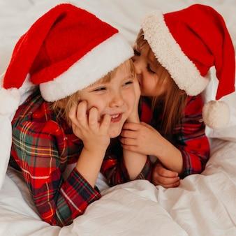 Les enfants passent du temps ensemble le jour de noël