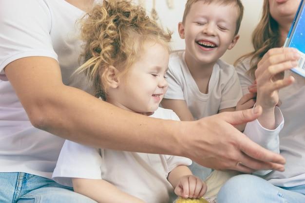 Les enfants passent du temps à jouer. notion de famille heureuse.