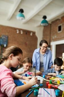 Enfants peignant en classe d'art