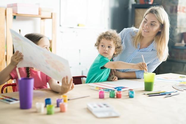 Enfants peignant avec la mère