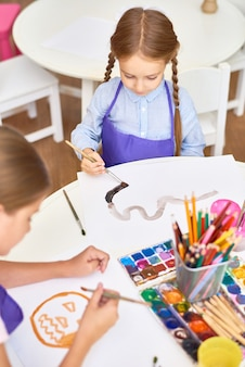 Enfants peinture en classe d'art