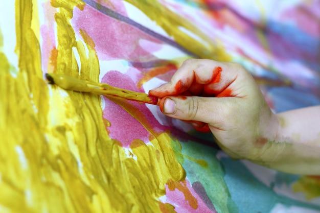 Enfants petit artiste peinture brosse à main coloré