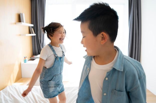 Enfants de plan moyen jouant