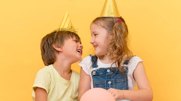 Enfants de plan moyen en riant
