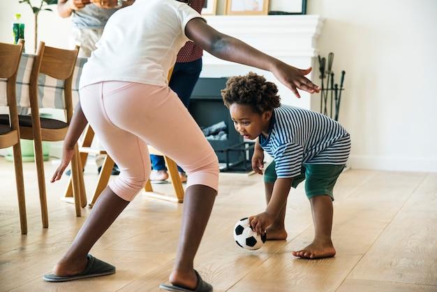 Enfants playng ball à l'intérieur ensemble
