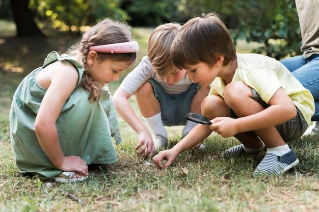 Enfants plein coup avec loupe