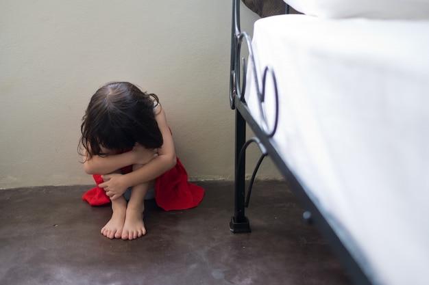 Enfants pleurant, petite fille pleurant
