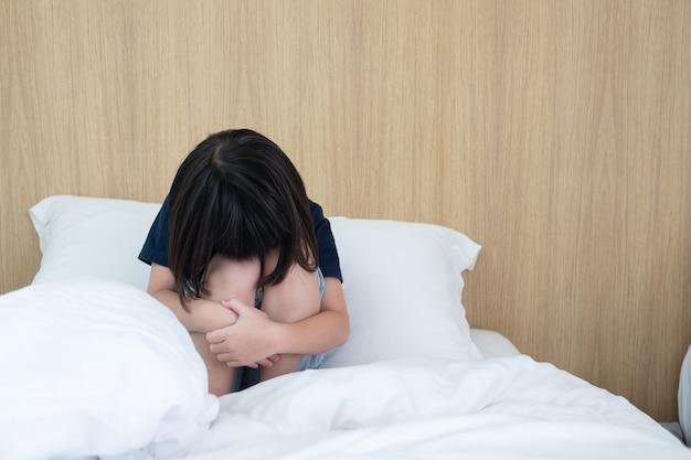 Enfants pleurant, petite fille se sentant triste, enfant malheureux