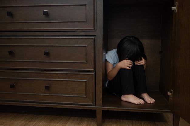 Enfants pleurant, petite fille triste, enfant malheureux
