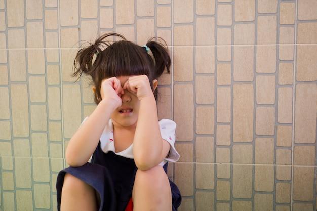 Enfants pleurer, petite fille pleurer, se sentir triste, jeune fille malheureuse