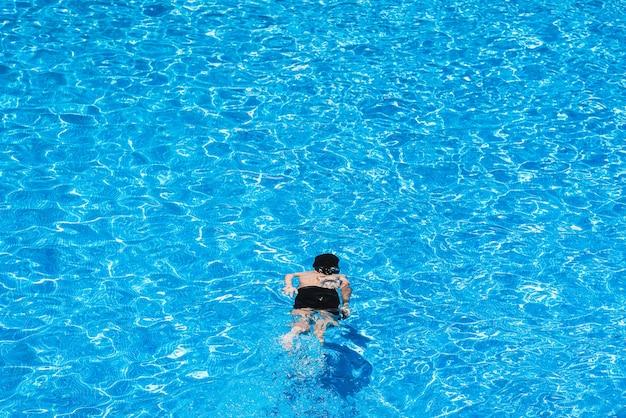 Enfants plongeant dans une piscine en été