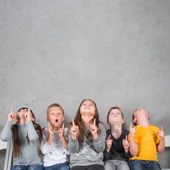 Enfants pointant vers le haut