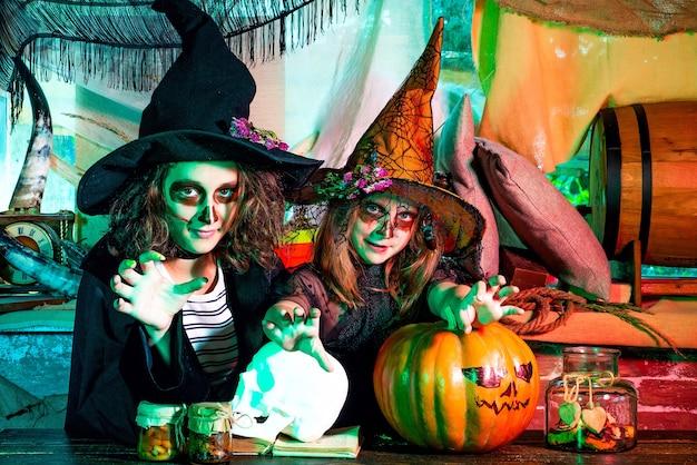 Enfants portant des costumes d'halloween