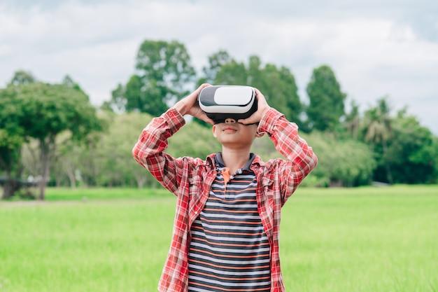 Enfants portant des lunettes vidéo de réalité virtuelle et joyeux dans un beau fond de nature