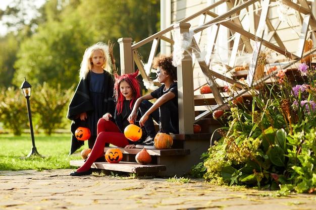 Enfants posant devant la maison à l'halloween