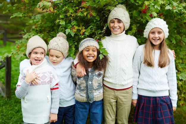 Enfants posant à l'extérieur