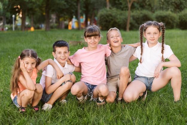 Enfants posant pour la caméra
