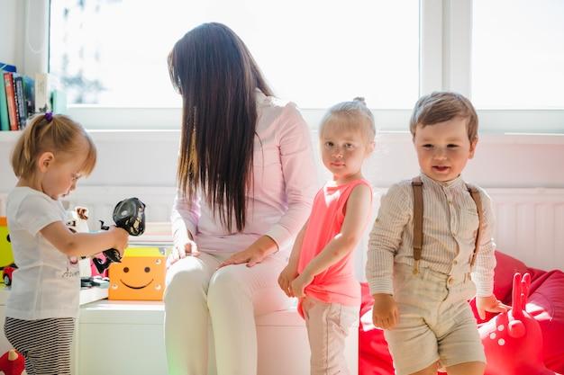 Les enfants posent avec une baby-sitter
