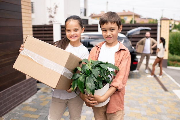 Enfants positifs avec plante et boîte