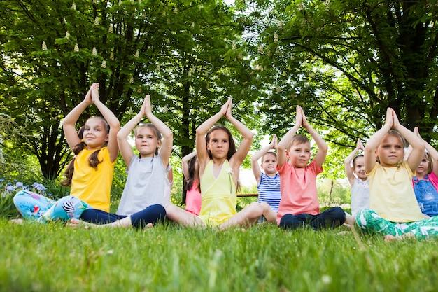 Enfants pratiquant le yoga.