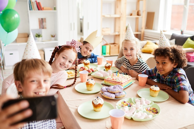 Enfants prenant selfie à la fête d'anniversaire