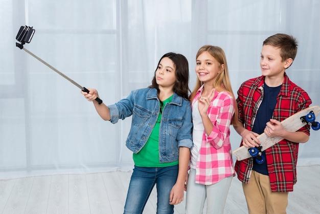 Enfants prenant des selfies