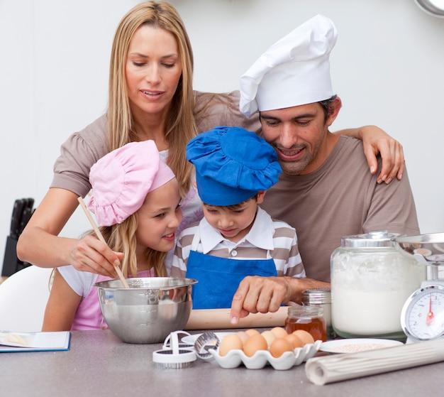 Des enfants préparent des biscuits avec leurs parents