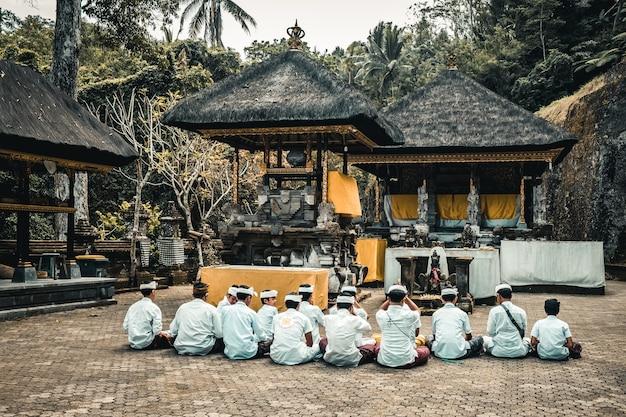 Enfants priant dans le temple