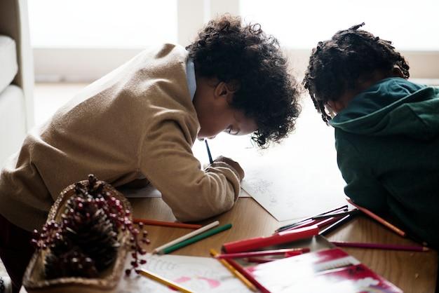 Enfants profitant du livre de coloriage