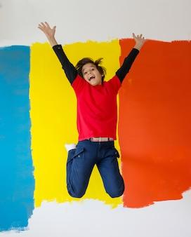 Enfants qui aident à peindre le mur à la maison