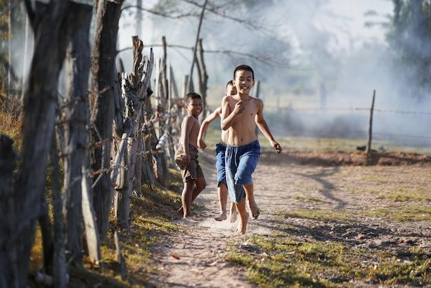 Enfants qui courent dans la campagne de campagne de l'asie.