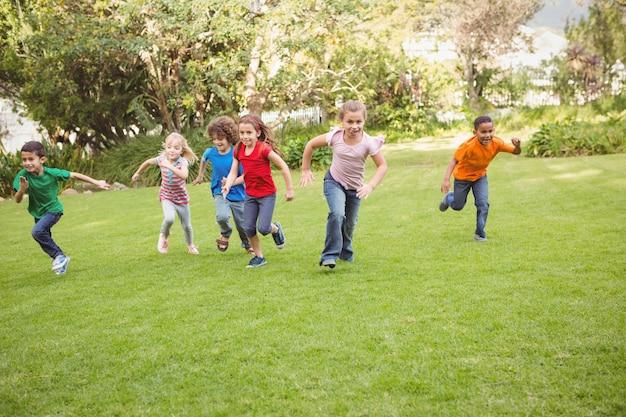 Enfants qui courent sur l'herbe