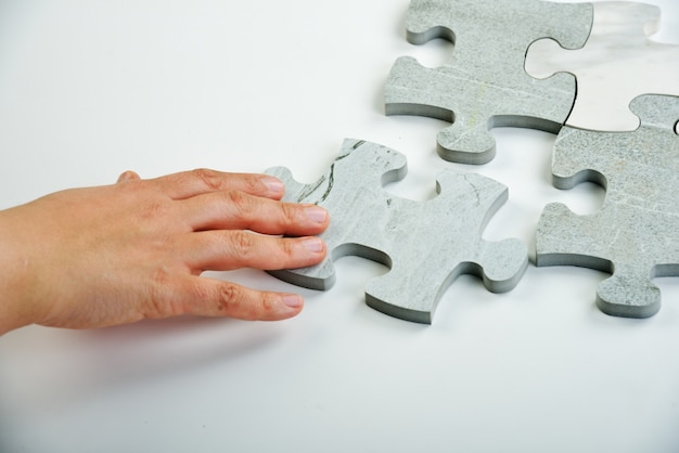 Enfants qui joignent le puzzle