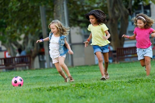 Les enfants qui jouent au football à l'extérieur