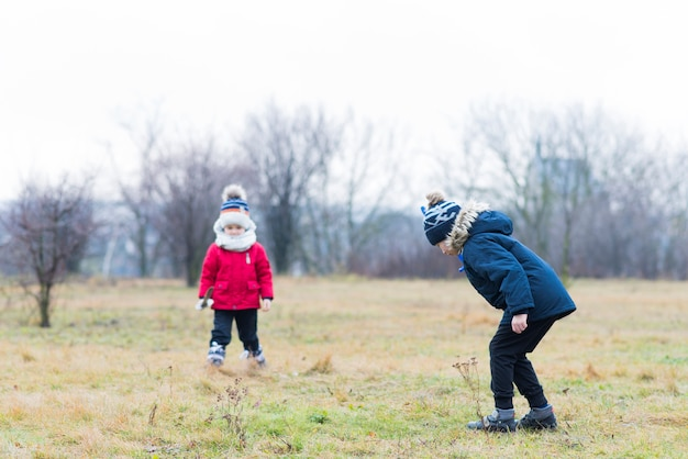 Enfants qui jouent dehors sur le terrain