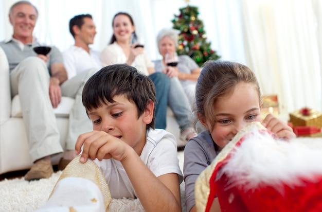 Enfants à la recherche de cadeaux dans les bottes de noël