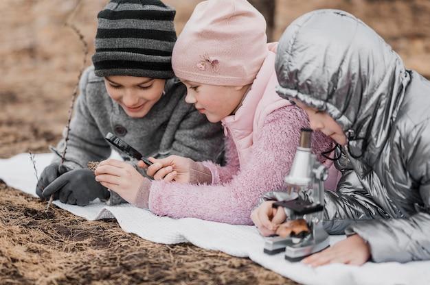 Enfants à la recherche de détails dans les éléments de la nature