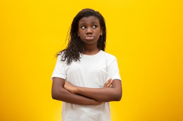 Enfants réfléchis sur jaune.