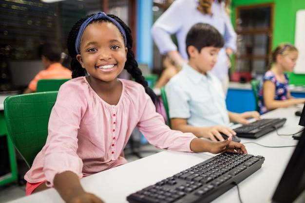 Enfants regardant leur ordinateur