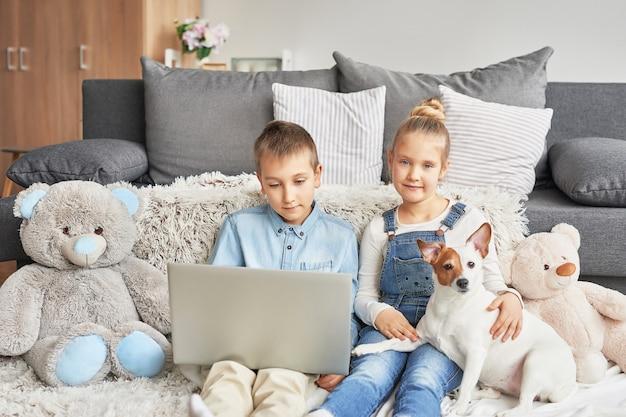 Enfants, regarder, vidéos, ordinateur portable