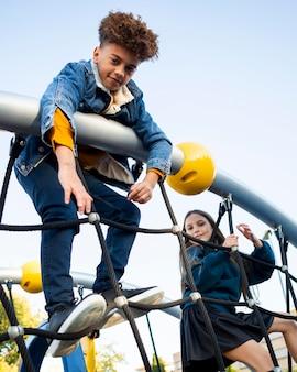 Enfants s'amusant sur l'aire de jeux