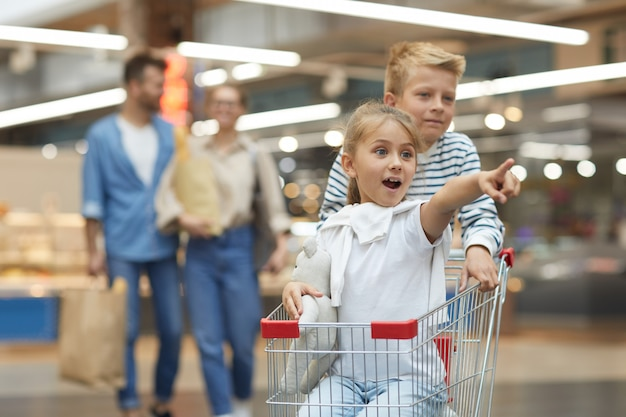 Enfants s'amusant dans un supermarché