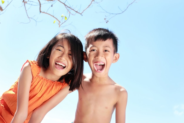 Enfants s'amusant en journée ensoleillée