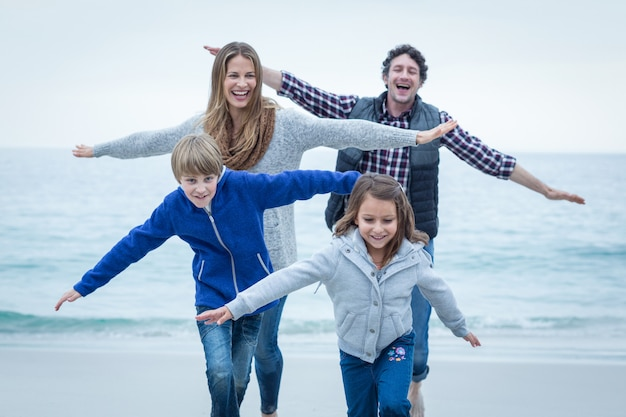Enfants s'amusant avec leurs parents au bord de la mer