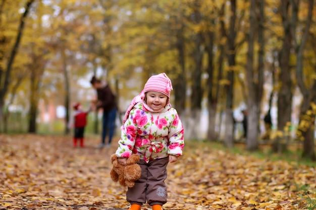 Enfants s'amusant lors d'une promenade dans le parc en automne