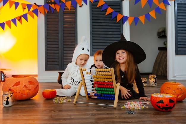 Les Enfants S'amusent à Compter Les Bonbons Collectés à L'aide D'un Boulier Photo Premium
