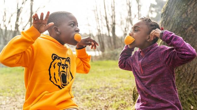 Les enfants s'amusent ensemble dans les bois